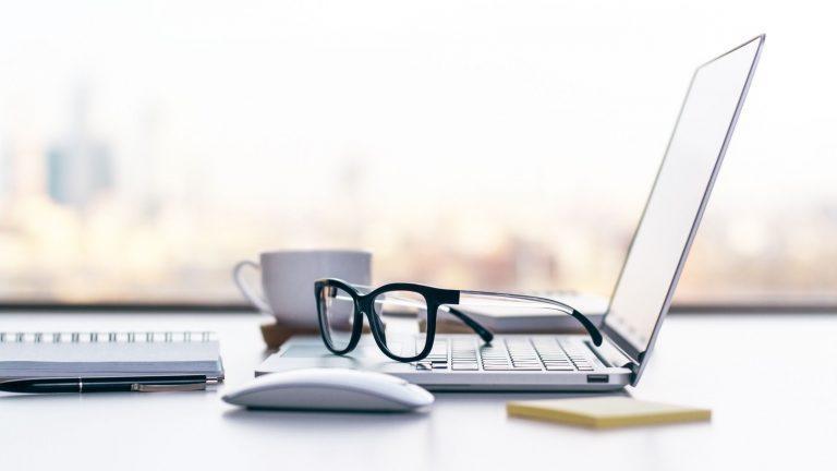 Backoffice Laptop mit Kaffee und Fenster